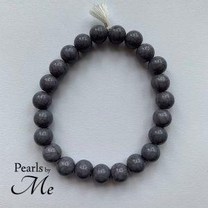 Buddistisk inspireret armbånd i grå træperler af Pearls by Me
