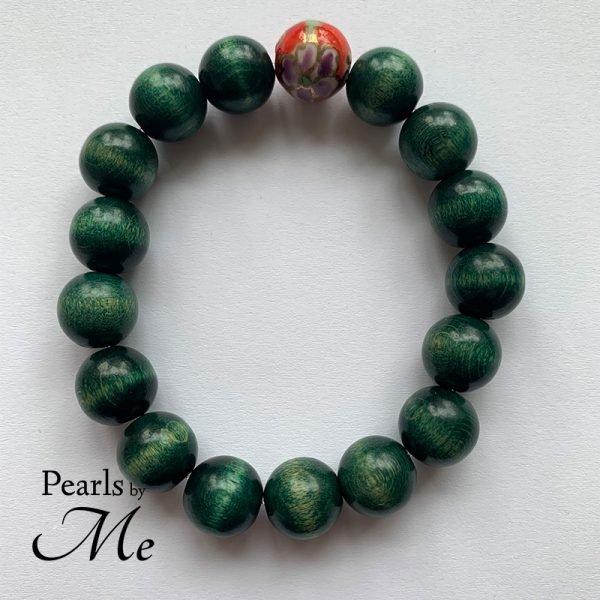 Rustikt herrearmbånd i grønt træ og kinesisk perle - Pearls by Me